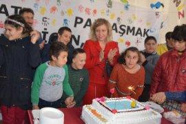Arzu Özkan özel çocuklar ile birlikte pasta kesti
