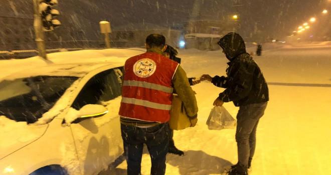 Bitlis'te yolda kalan vatandaşlara AFAD ve Kızılay yardım etti