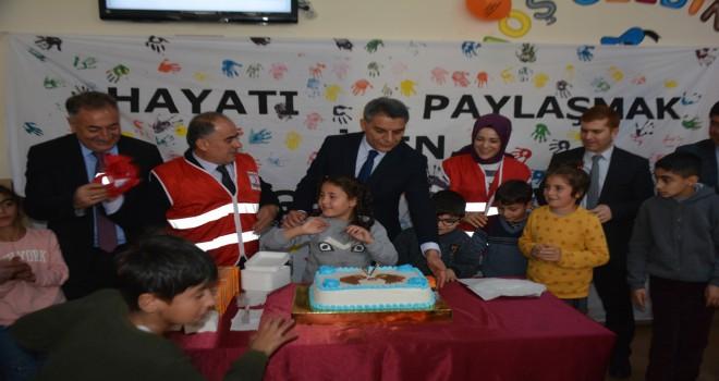 Kaymakam Özkan ile Kızılay ekibi özel çocukları ziyaret etti