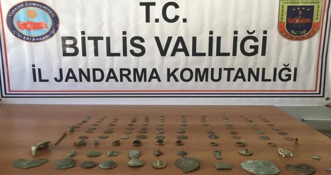 Tatvan'datarihi eserleri jandarmaya satarken yakalandılar