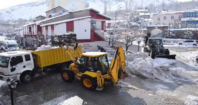 Mutki'de karla mücadele çalışması devam ediyor
