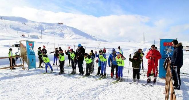Bitlis'te Kayaklı Koşu Yarışması düzenlendi