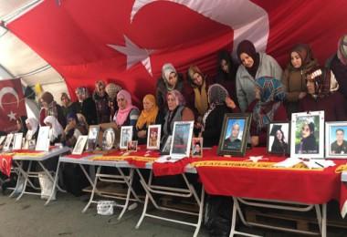 Bitlisli annelerden Diyarbakır'da evlat nöbetindeki annelere destek