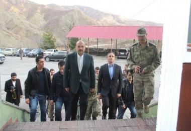 Vali Ustaoğlu yeni yıl dolayısıyla Mutki'deki güvenlik güçlerini ziyaret etti