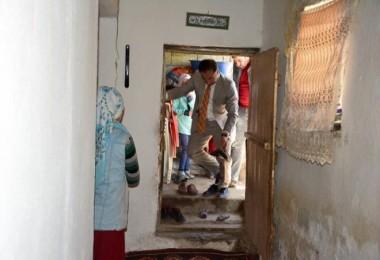 Kaymakam Alibeyoğlu ihtiyaç sahibi aileleri ziyaret ediyor