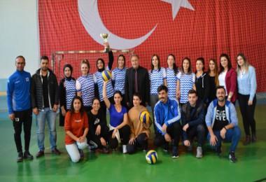 Bayan öğretmenlerin voleybol takımı Bitlis il birincisi oldu