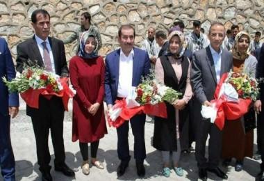 AK Parti Bitlis milletvekili adayları Hizan'da çiçeklerle karşılandı