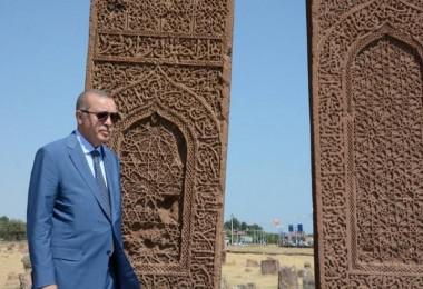 Erdoğan, Ahlat'taki Selçuklu Mezarlığı'nı ziyaret etti
