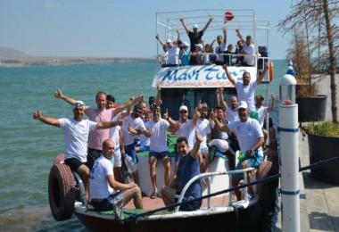 Tatvan'da 60 gönüllü 5 kilometreyi 4 saatte yüzdü