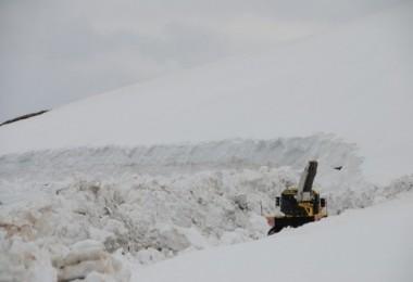 Nemrut'ta 10 metreye ulaşan kar temizleme çabası sürüyor