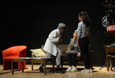 Köy okulu öğrencilerinin tiyatro oyunu