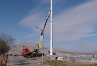 Tatvan'da 45 metre uzunluğunda bayrak direği kuruluyor
