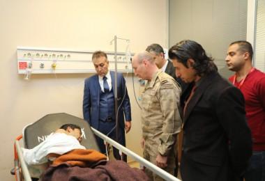 Vali Çağatay, yaralı göçmenleri hastanede ziyaret etti