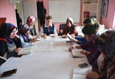 Arzu Özkan'dan bayanlara kitap okuma halkası