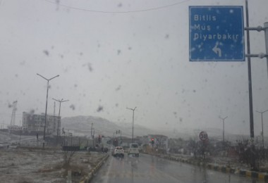 Bitlis'te kar yağışından dolayı 28 köy yolu ulaşıma kapandı