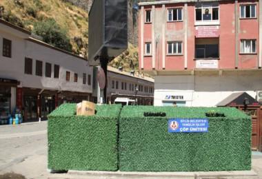 Daha temiz bir Bitlis için çöp konteynerleri suni çimle kaplandı