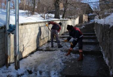 Bitlis Belediyesi ekipleri bilek gücüyle merdivenleri temizliyor