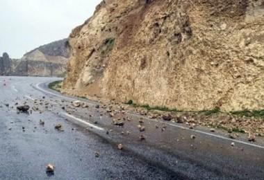 Adilcevaz'da yola düşen taşlar tehlike oluşturdu