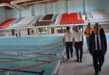 Vali Ustaoğlu, olimpik yüzme havuzunda incelemelerde bulundu