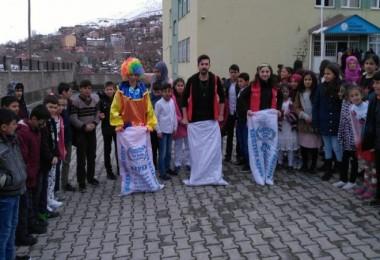 Genç gönüllüler Bitlis'teki çocuklar için program düzenledi