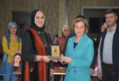 Kuaförlerden Arzu Özkan'a teşekkür plaketi