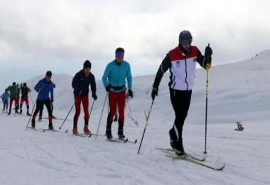 Bitlisli kayakçılar antrenmanlarını Nemrut Dağı'nda yapıyor