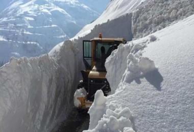 Mutki'de köy yolları açma çalışmaları devam ediyor