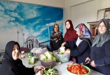 Yardıma muhtaç mültecilere kadınlar yardım elini uzatıyor