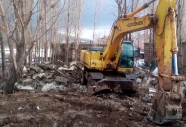 Güroymak Belediyesi ilçedeki 38 metruk binayı yıktı