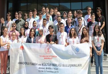 Vali Çağatay, Türkiye'nin farklı kentlerinden Bitlis'e gelen öğrencilerle buluştu