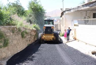 Bitlis Belediyesi altyapı çalışmalarıbiten yolları asfaltlıyor