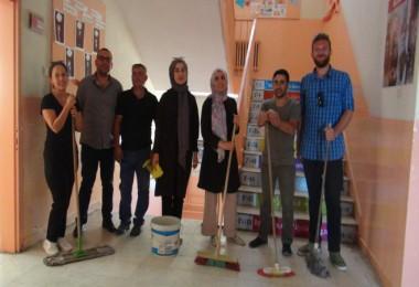Köy okulunun fedakar öğretmenleri okullarını eğitime hazırlıyor