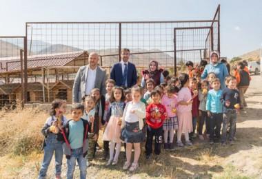 Başkan Tanğlay, öğrencilerle birlikte hayvan barınağını ziyaret etti