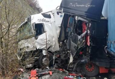 Bitlis'te 2 TIR çarpıştı ve sürücüler yaralandı