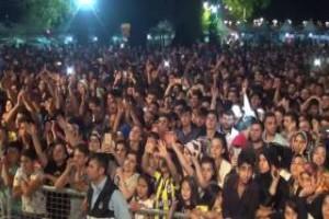 Bülent Serttaş konserde sahne direğine tırmandı