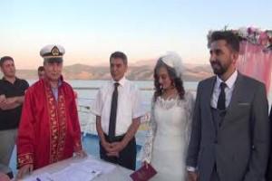 Van Gölü üzerinde nikah töreni yapıldı