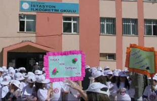 Tatvan'daki minik öğrencilerin çevre temizliği etkinliği