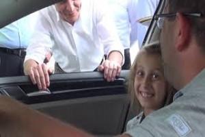 Kaymakam Özkan sürücü ve yolcuları şekerle karşıladı - Bitlis Bülten